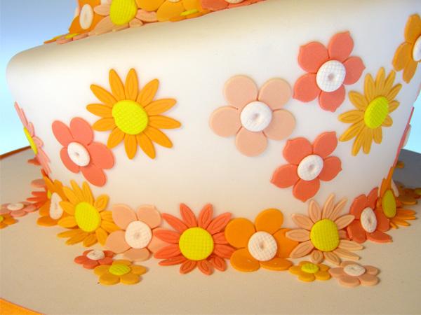 Pegar Las Flores Con Agua En Las Uniones De Las Tortas Alternando